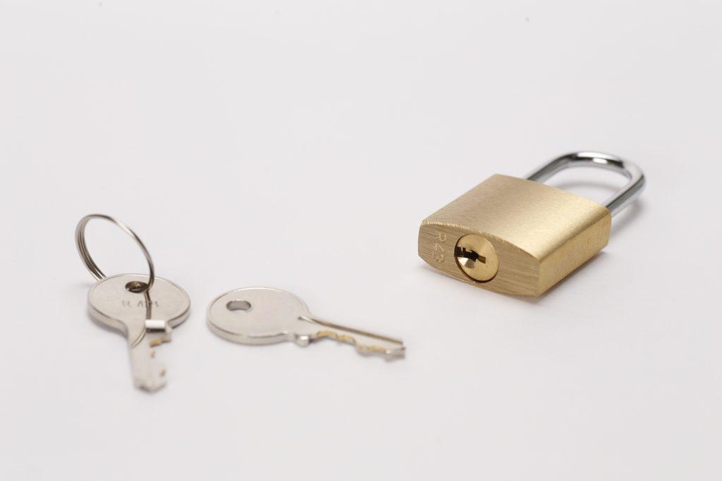 南京錠やダイヤル式の鍵を付けましょう。
