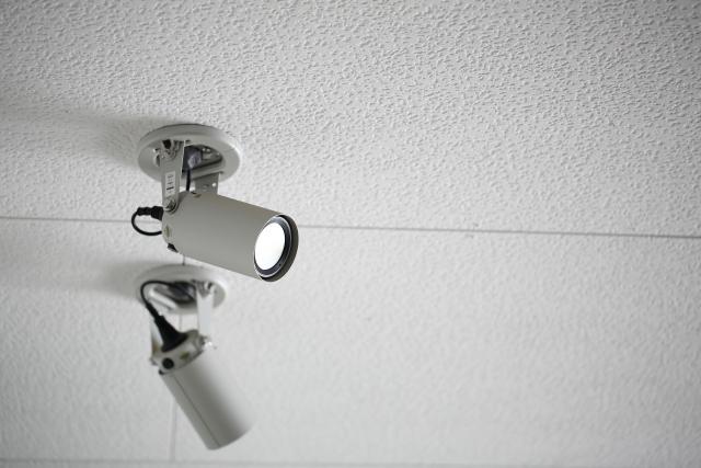 目立たせて威嚇する防犯カメラで「防止」と「証拠を残す」効果