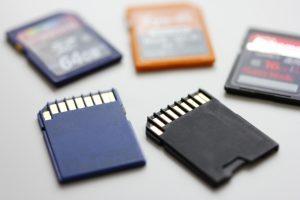 防犯カメラ本体に内蔵されているMicroSDカードに防犯カメラの映像を保存する
