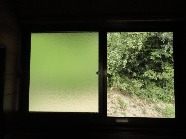 一番侵入されやすい窓には穴を開けずに取り付けられる補助錠を
